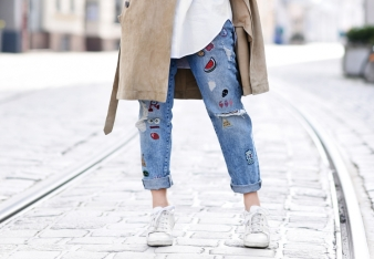 detail-suede-trenchcoat-spring-renelezard-mantel-patches-denim-jeans-basics-outfit-look-streetstyle-nachgesternistvormorgen-blogger-modeblog-muenchen-1080x748
